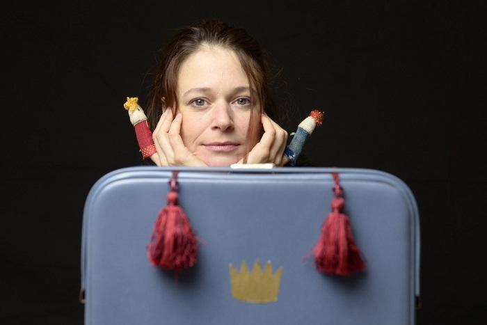 Abbildung einer Theaterspielerin mit Fingerpuppen