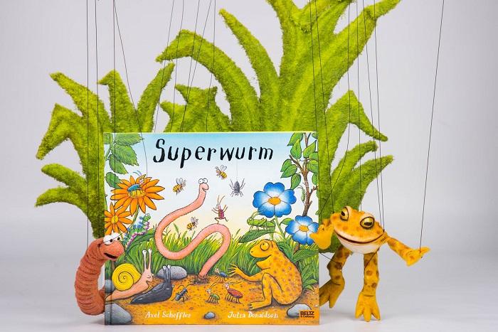 Abbildung des Buches Superwurm mit Marionetten
