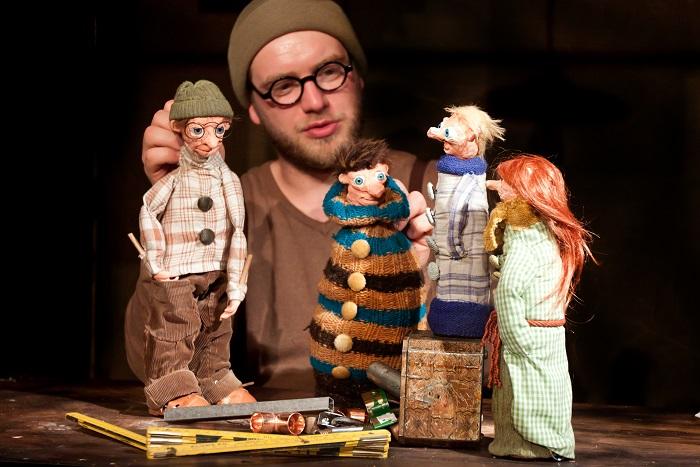 Theaterspieler mit Puppen