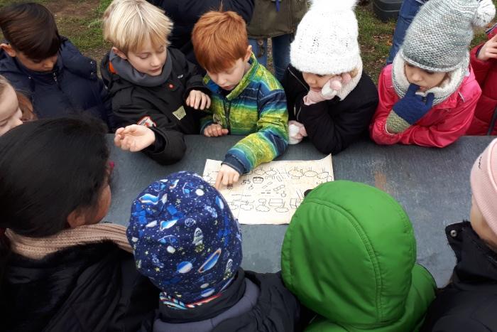 Kindergruppe mit Schatzkarte